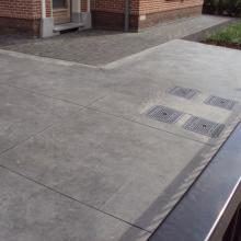 oprit zwarte beton gegoten tegels